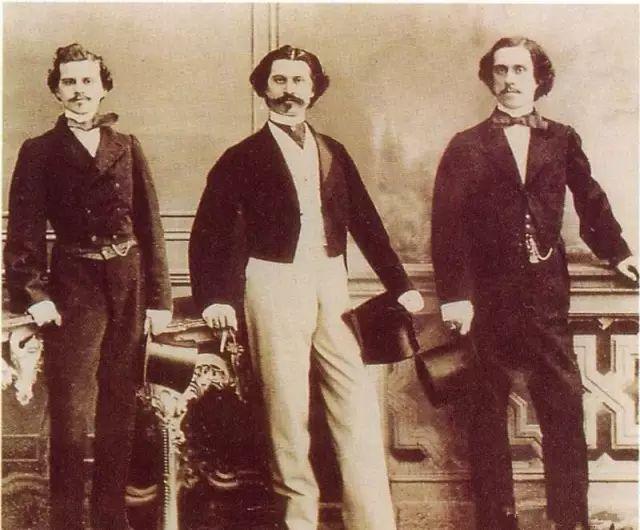 施特劳斯家族三兄弟合影 左起:爱德华·施特劳斯、小约翰·施特劳斯、约瑟夫·施特劳斯